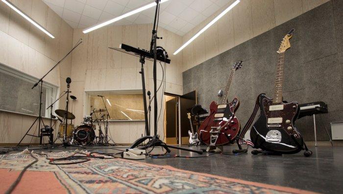 Gitarer+og+trommesett KYSTEN studio.jpg